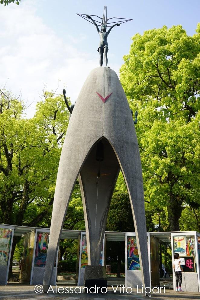 Statua raffigurante Sadako mentre tende una gru d'oro verso il c